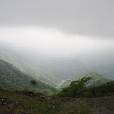 塔ノ岳から下山中。ここは曇っているけど、沢の向こう側には陽が降り注いでいて綺麗。