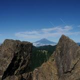 鬼が岩の間から富士山。