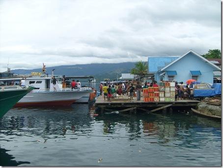 Kegiatan di Dermaga Kayu Pelabuhan Pagimana