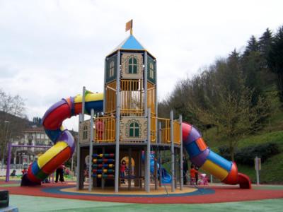 parc infantil en una plaça pública