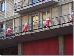 2010.12.12-012 pères Noël aux balcons