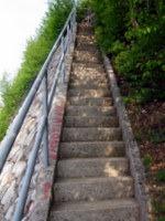 Strme stopnice vodijo nad cesto