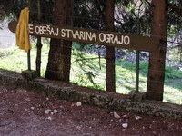 Opozorilna tabla pod plezališčem