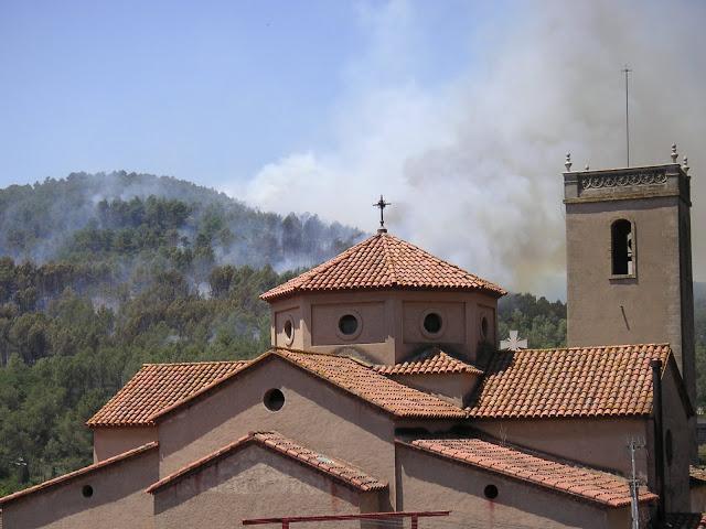 Parr&ograve;quia de La Palma amb el bosc de fons cremant, fotografia feta el 19 de juny de 2010 a les 13:00h. <b>Autor: Konfrare Albert</b>