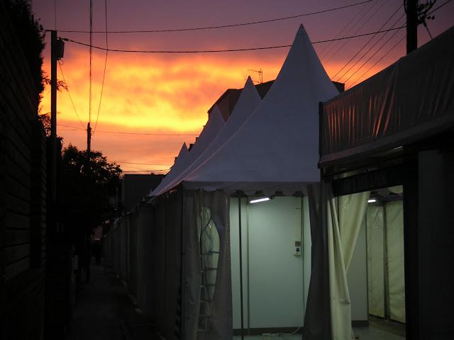 Imatge dels estands la Fira el dissabte quan sortia el sol, des del carrer Sant Jordi. <b>Autor: Konfrare Albert</b>