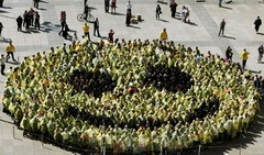 The Largest Human Smiley Face In The World 01_resize