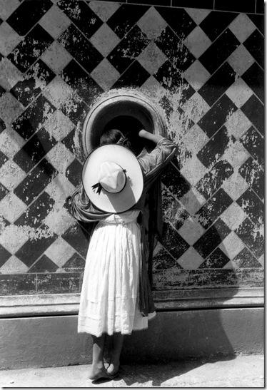 Manuel Alvarez Bravo -la-hija-de-los-danzantes-1933