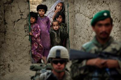 Bērni skatās uz amerikāņu un afgāņu karavīriem