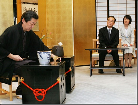 Chinese Premier Wen Jiabao (2nd R) attends a Japanese tea ceremony during a welcoming event at the State Guest House in Kyoto, western Japan, 13 April 2007. Chinese Premier Wen Jiabao offered Japan the hand of friendship 12 April in a call to put aside bitter memories of the past that have hobbled relations between the two Asian giants.     AFP PHOTO/Itsuo Inouye/POOL