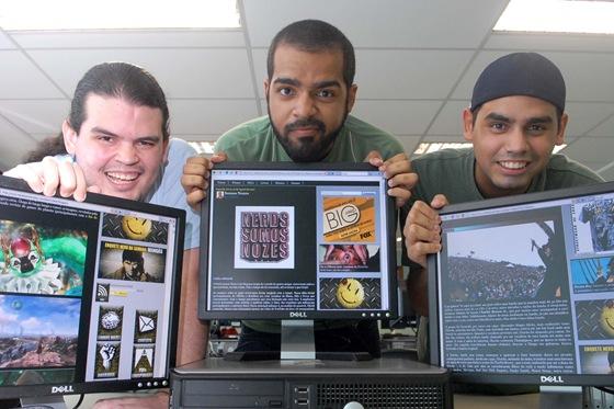 """At2  Blogueiros capixabas fazem sucesso na internet.  Na foto: Felipe Siqueira (barba), Humberto Franklin (boné) e Bruner Franklin, do blog """"Nerds Somos Nozes"""".  Foto Jussara Martins"""