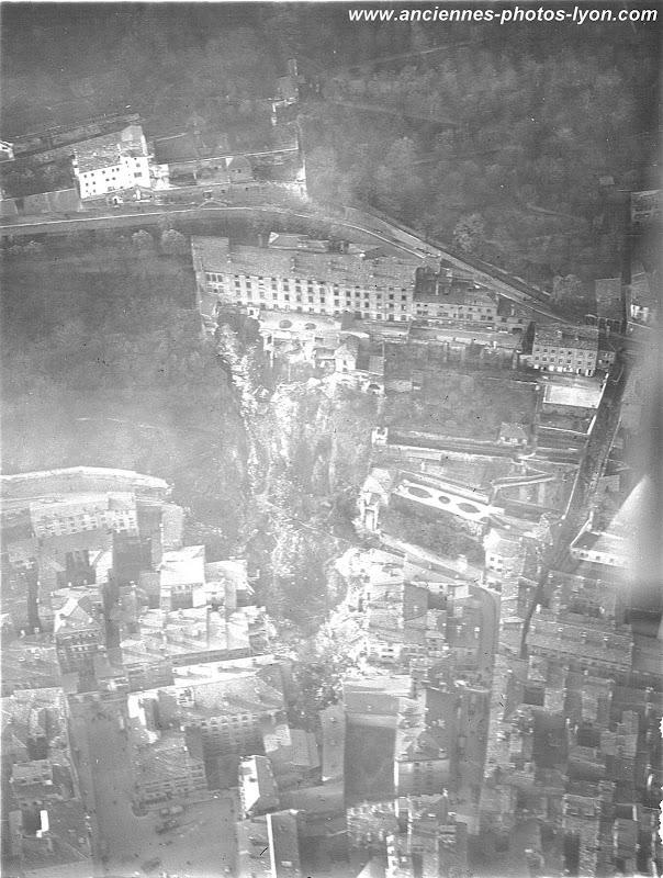 Vue aérienne du Glissement de Terrain de la Colline de Fourvière à Lyon, 1930