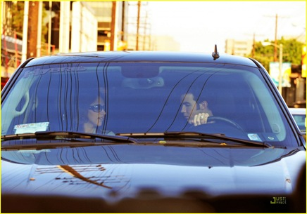 kevin-jonas-danielle-deleasa-kissing-car-04
