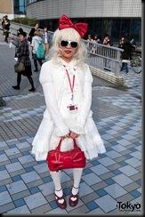 Lady-Gaga-Japanese-Fans-2010-04-18-026-P7351-600x903