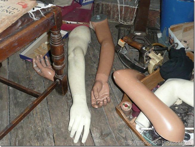 В одной из комнат швейной мастерской Джорджа Сандерса
