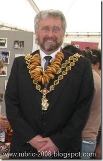 Мэр Бирмингема примеряет связку баранок.