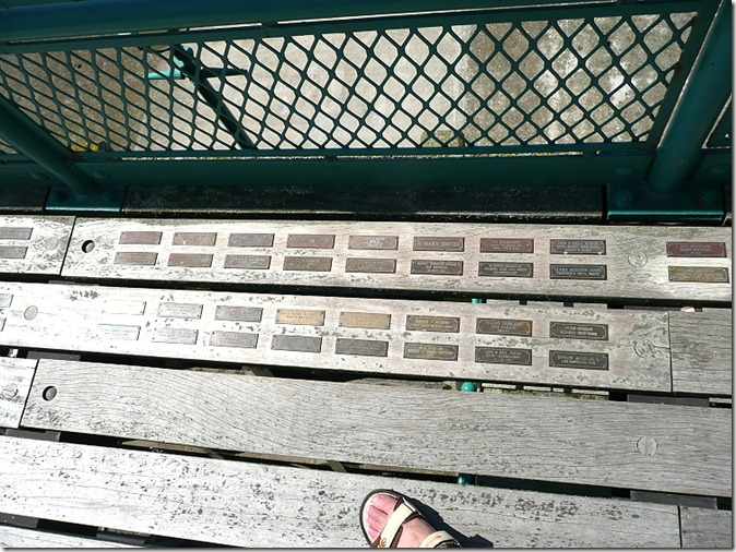 Латунные таблички на пирсе в Кливдоне