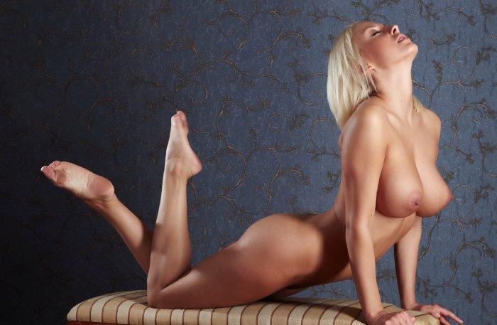 большие сиски фото и красивые ноги