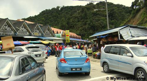 Kea Farm - Stalls mushrooming, crowded with vehicles and people