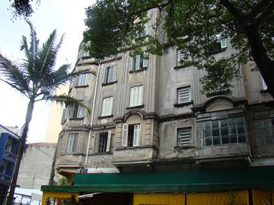 Prédio na esquina da rua Frederico Abranches com rua das Palmeiras, Santa Cecília, região central paulistana. Foto: Flaviana Serafim. Clique para ampliar