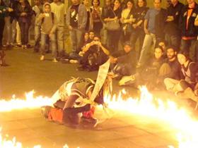 """Cena do espetáculo """"A Brava"""" em frente ao Mosteiro de São Bento (centro). Foto: Gladstone Barreto. Clique para ampliar"""