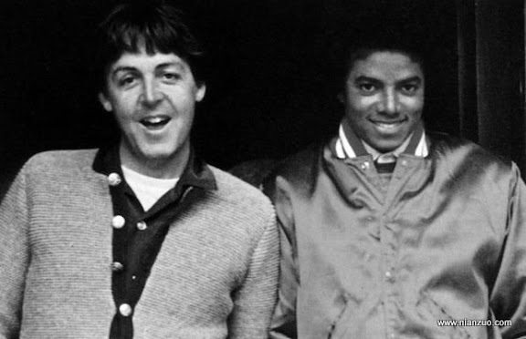 关于杰克逊 Photo of Michael JACKSON and Paul McCARTNEY...UNSPECIFIED - JANUARY 01:Photo of Michael JACKSON and Paul McCARTNEY; Paul McCartney and Michael Jackson 'The Girl is Mine' cover,(Photo by Echoes/Redferns),ACE,MUS