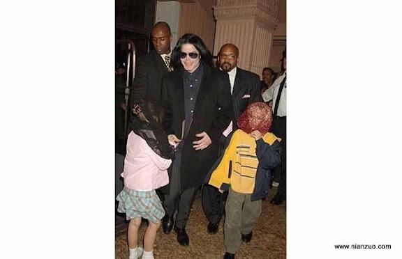 关于杰克逊 Michael Jackson Visits Harrods...This image is not included in any sub***ion deal. Use of this image will incur a charge.<br title=