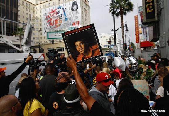 关于杰克逊 LOS ANGELES, CA - JUNE 26:Media and fans of Michael Jackson gather near his star on the Walk of Fame onon June 26, 2009 in Los Angeles, California. Jackson, 50, the iconic pop star, died after going into cardiac arrest at around midday on June 25, 2009 local time in Los Angeles, California.(Photo by John Moore/ Getty Images),Human Interest,People,SacGettyPhoto
