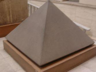 Ini adalah sebuah gambar miniatur piramida, yang banyak terdapat di Mesir. Marilah kita berpikir logis, bagaimana mungkin nenek moyang kita; pada 5000 tahun yang silam bisa membuat bangunan semegah dan setinggi itu? ini tidak masuk akal, kecuali mereka memiliki pengetahuan teknologi yang hebat ketika itu. karena batu yang disusun rata-rata memiliki berat sekitar 2 - 4 ton. Dan tentu memerlukan sebuah Kren yang besar untuk mengangkatnya pada ketinggian 155 meter.