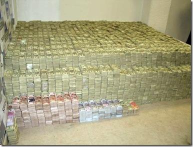 Alguns trocados encontrados na casa de um traficante na Colombia.jpg
