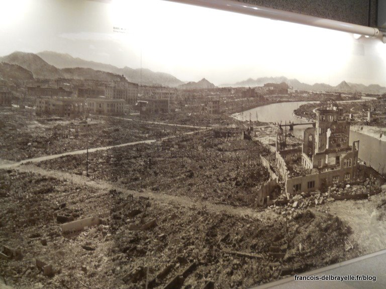 Hiroshima complètement rasée après le bombardement