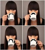 Mujer con taza bigote