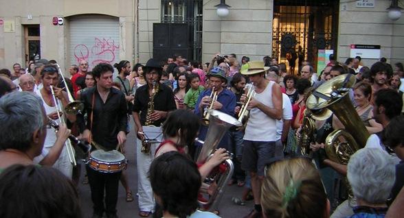 Fiesta mayor de Gracia, La fanfare transfrontalière de l'amor en la Plaza de la Villa de Gracia