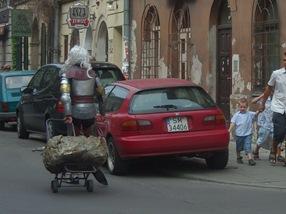 un caballero medieval transportando una piedra en el barrio judio de Cracovia