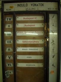 panel con las salidas en la estación de Füzesabony