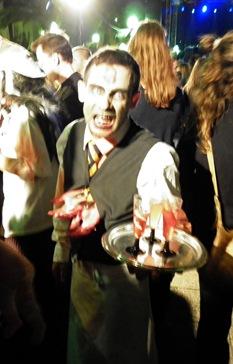 camarero zombi en Sitges
