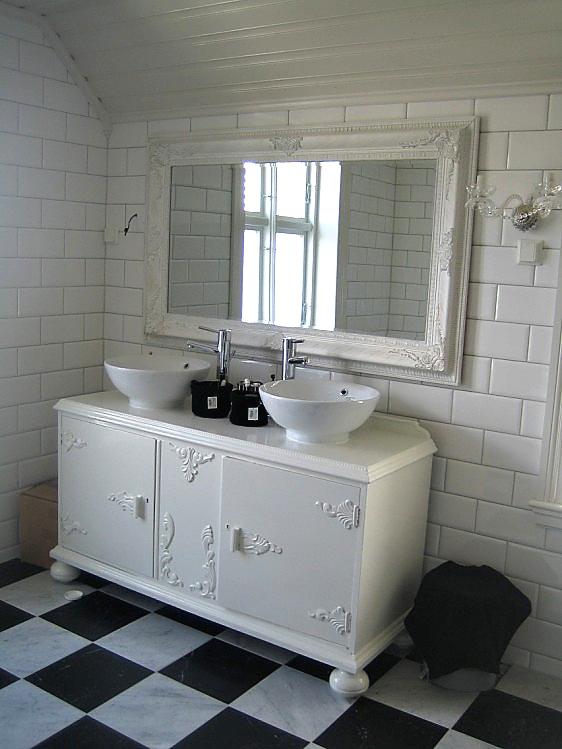 ... hus . Nydelig baderom i hvitt med stolpeservant og lekker panel