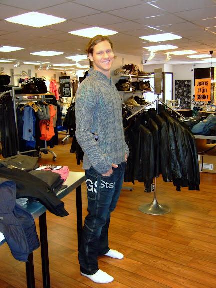 Alexander provar kläder inför modevisningen