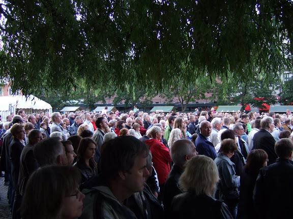 Mycket folk hade samlats för att se Showkanalen uppträda.....