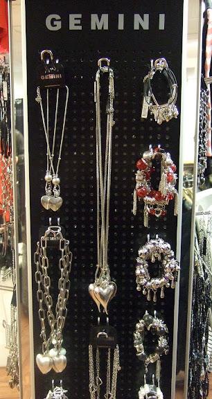 Halsband med hjärtan och stora fina armband...