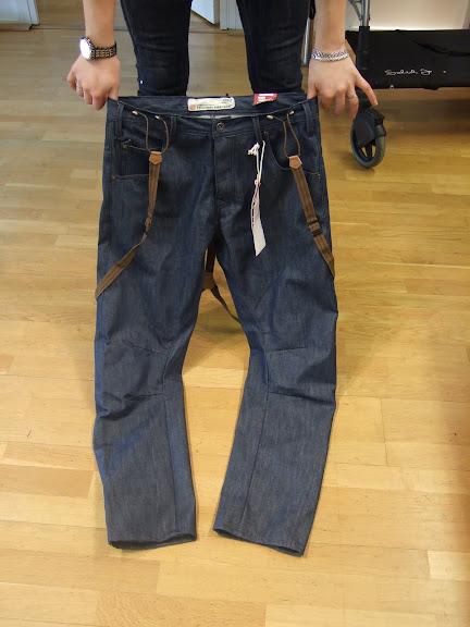 Schyssta jeans med hängslen från Solid