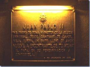 Placa conmemorativa del reconocimiento de lugar santo de Juan Pablo II en su visita a la Catedral y Sepulcro de Santiago