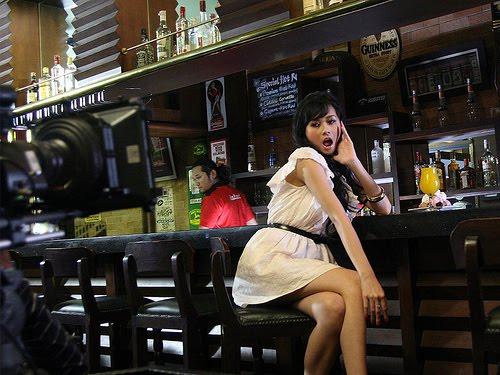 Foto Aura Kasih seksi di bar
