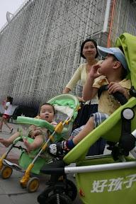 世博真是「物大地博」…這裡一定要搞台嬰兒車來載小朋友,不過年紀有限制,要租用需出具證明,超過年紀要收費的…