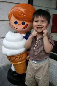 唉…連冰淇淋公仔都不放過,又在牠臉上啜了一口口水。