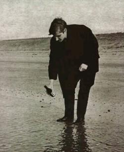 Wim T. Schippers giet limonadeflesje in zee