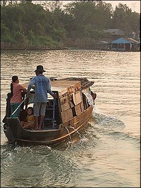 barcos navegando por los canales de Chau Doc