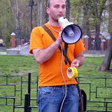 Поэт Ярослав Минкин с петлей на шее рассказал присутствующим об истории Первомая и повешенных анархистах из Чикаго