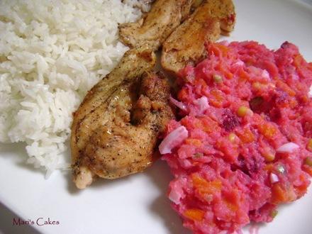 Arroz, pechuga de pollo al horno y ensalada rusa