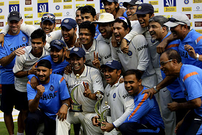 Team India with the trophy after beating Sri Lanka and becoming the World No.1 Test team