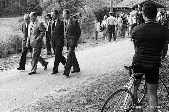 Promenade à Latche pour le Président Mitterand entouré de ses proches, Beregovoy, Delors et Mermaz